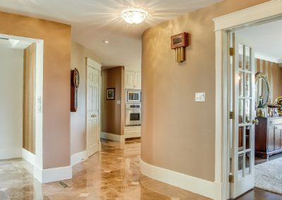 Open hallway leading into dining room and kitchen